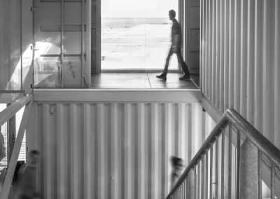 Containerboliger til de unge og luksus i en gammel kulkran
