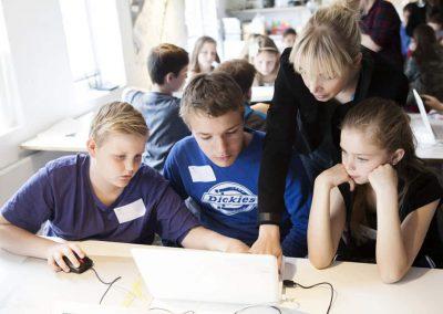 Unge der kigger på computer