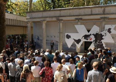 mennesker til arkitekturbiennale ved en scene i venedig