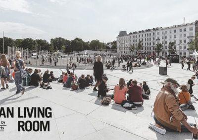 mennesker der sidder ved Israels Plads