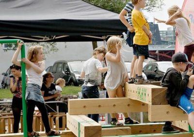 børn der leger på en legeplads