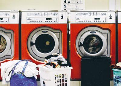 vasker med vaskemaskiner og vasketøj