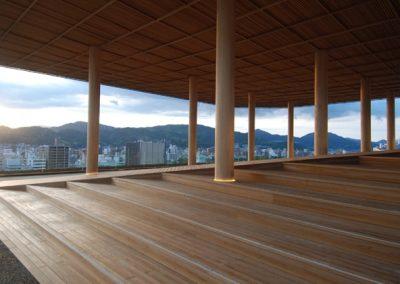 en træ bygning med overdækning og udsigt over byen