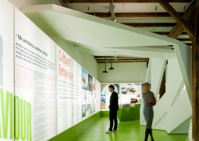 udstilling med to mennesker der observere