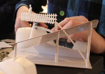 et arkitektur projekt en dreng holder